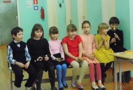 на сцене - школьный хор!